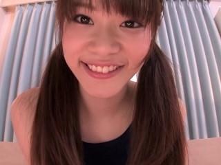 【大沢里菜】スクール水着姿で大股開きで大人の玩具を使ってオナニーする美少女