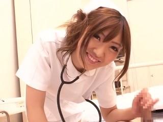 【源みいな】《ナース》ミニスカ制服姿でこっそり手コキで抜いてくれるギャル系看護婦