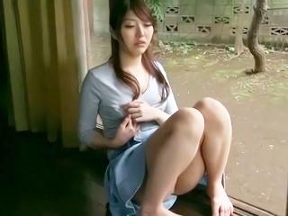 【源みいな】家の縁側で物思いにふけりながら股を開いて指オナニーする美少女