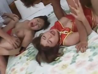 チャイナドレス風のコスプレ姿で4Pで乱交する可愛いお姉さん達