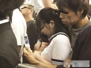 【上原亜衣】通学中の電車の中で痴漢に襲われて抵抗しきれず強制イラマチオフェラさせられる美少女女子校生
