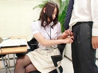 【鮎川千里】肩を揉ませてたら勃っちゃった後輩の男性社員とその場でハメちゃう可愛いOLさん
