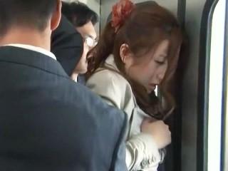 【羽田あい】電車の中で複数の男に囲まれて痴漢される美人エリートOL