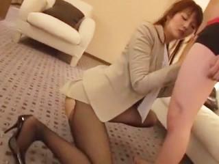 【立花さや】ムードのあるホテルの部屋でパンストを破られながらベロチュー濃厚セックスをするスタイル抜群の美人OL