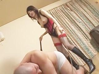 女王様が淫語を囁きながらSっ気たっぷりに鞭と蝋燭でM男を責めまくる!【佐藤江梨花】