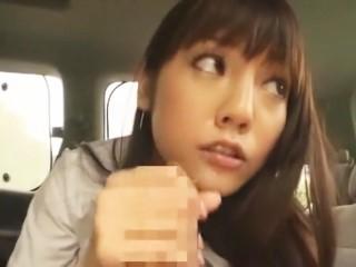 【みづなれい】制服姿の美少女JKが車の中で卑猥な音をたてながらフェラ&手コキプレイ!(みずなれい)