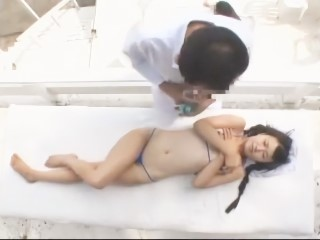 【中川夢実】海に遊びに来たロリ娘がオイルマッサージでハメられて潮を吹くほどイカされまくる!