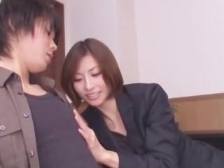 【朝日奈あかり】AV男優志望の素人を得意の手コキプレイで面接するスーツ姿の美人女優