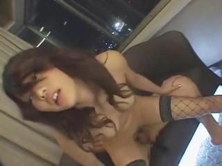 スレンダーボディな網タイツ美女がSっ気たっぷりに男に跨り濃厚セックス