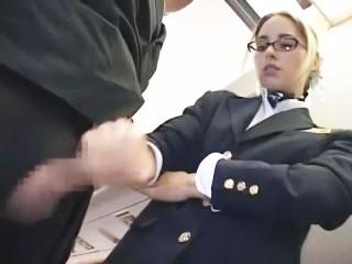 金髪美人な白人スチュワーデスが機内でこっそり手コキで抜いてくれる!