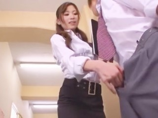 【あやの沙希】廊下で男子生徒に関西弁で囁きなが口淫する淫乱女教師