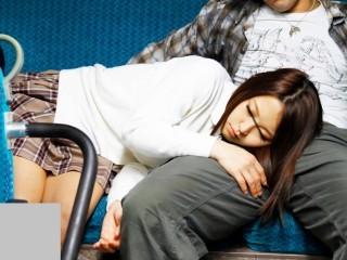 バスの最後尾で熟睡している無防備な女の隣にそっと近づき寄り添ってみると… 君嶋千夏