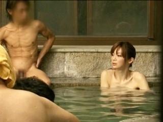 【天音るか】《ニューハーフ》男湯の中で男性客に見られながらのハメられるスレンダーな男の娘